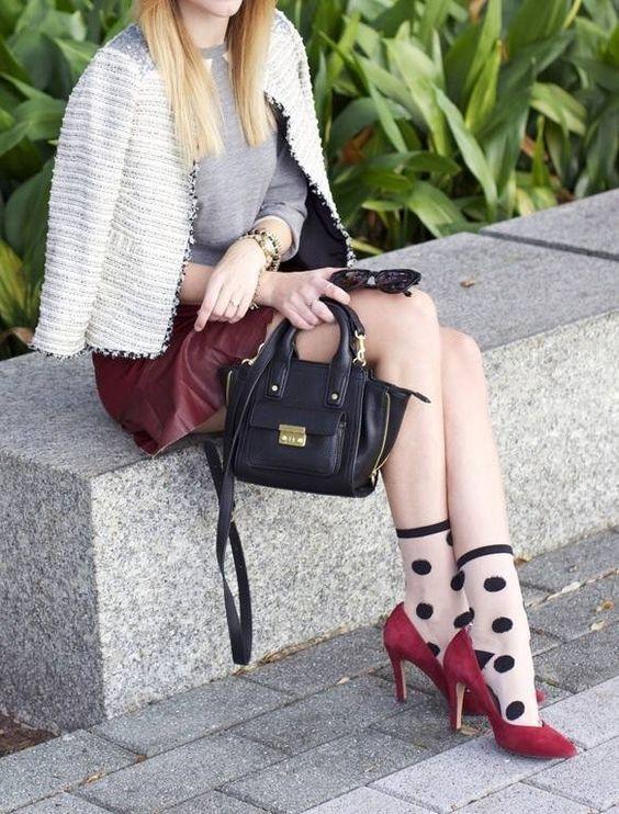 6bce65622 Sapatos metalizados com meias de lurex ou veludo molhado ficam bem  fashionista e mulherão! Um arraso. E mais uma vez: tom sobre ...